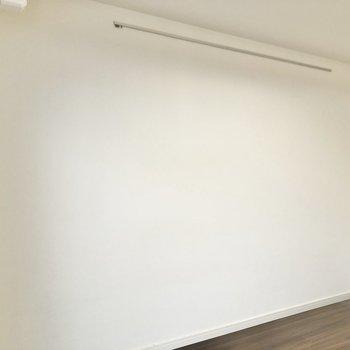 壁にピクチャーレールが付いているので、様々なものを飾れます