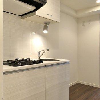 キッチンの横には冷蔵庫やラックを置くスペースが確保されています