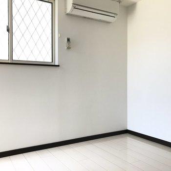 3.7帖の洋室は半地下っぽい雰囲気。隠し部屋みたいなワクワク感。