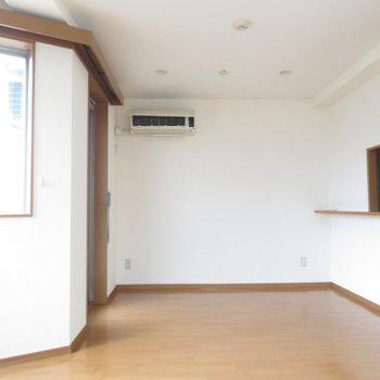 右に見えるのが対面式のキッチンです。