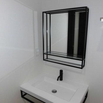 洗面化粧台はモノトーンのオシャレなものに新設されました!