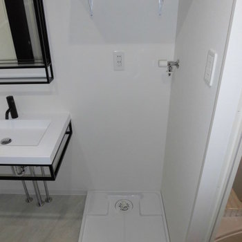 洗面台横に洗濯機、その右隣はお風呂です。