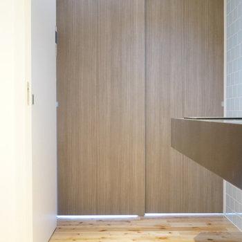 キッチンはスライドドアでスマートに区切れますよ ※写真は別部屋