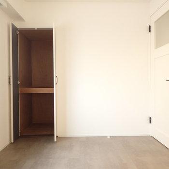 リビングに近い方の洋室。ドアもかわいい。