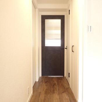 廊下もグッド!リビングの扉だけ黒!シックですな