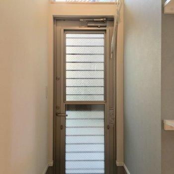 最後に玄関。玄関からも光が入ってくるんです※ 写真は前回募集時のものです