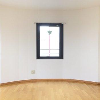 ぽこっと丸く※写真は5階の同間取り別部屋のものです