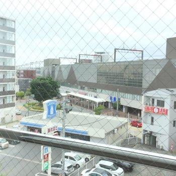 窓の外、すぐそこに駅!※写真は5階の同間取り別部屋のものです