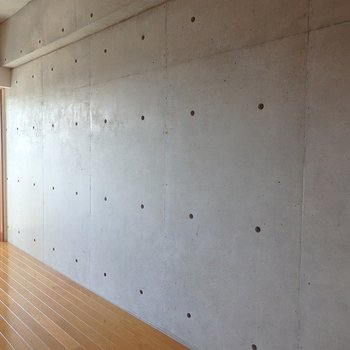 打ちっぱなしのコンクリート壁!無骨で素敵◎