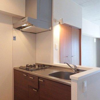 キッチンは2口ガスコンロ。調理スペースもゆったりしています。