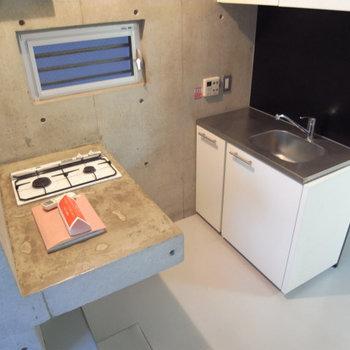 このキッチン、不思議な造りなんです(写真は別部屋です)