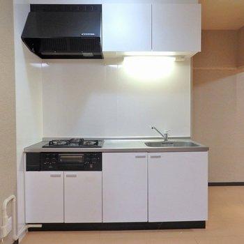 キッチンは3口ガス。グリルもついています。