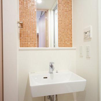 洗面台も可愛いタイルが◎※写真は別部屋です