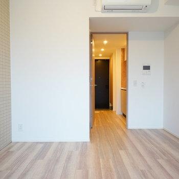 シンプルなお部屋で、アクセントタイル◎※写真は別部屋です