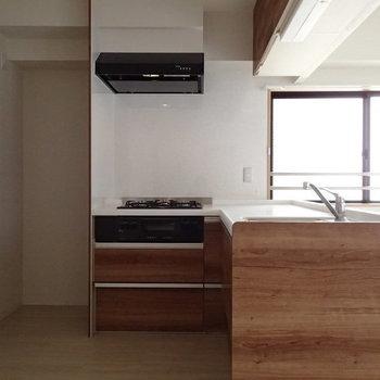 キッチンはL字タイプ。後ろのスペースもゆったり。※写真は前回募集時のものです