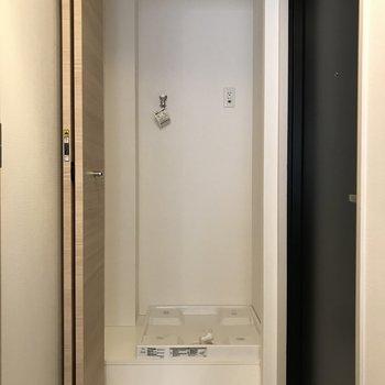 玄関入ってすぐに洗濯機置きです。扉で隠せます。