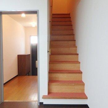 こちらの階段で2階へGO!