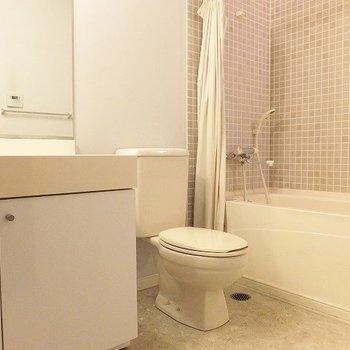 3点お風呂と同じスペースにあります。※写真は別部屋です