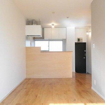 対面キッチンのある1LDK。※写真は1階の同間取り別部屋です。