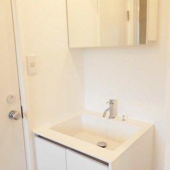 洗面台コンパクト。※写真は1階の同間取り別部屋です。
