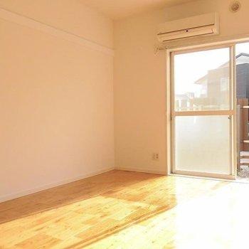 寝室も陽がさんさんと。※写真は1階の同間取り別部屋です。