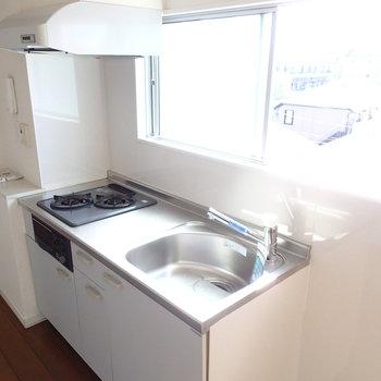 キッチンはちょっぴりコンパクトですが、窓もついてて明るい。
