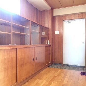 玄関はこちら。ガラズ張りの戸棚には何飾りましょ?