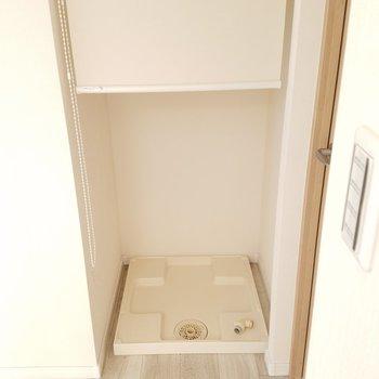 洗濯機はロールカーテンで隠せます。寝室の扉の横に。