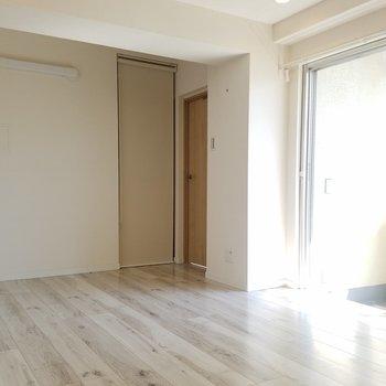 キッチン側から。奥の扉は寝室です。