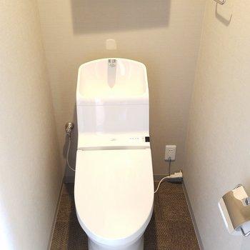 トイレは独立洗面の前にあります。