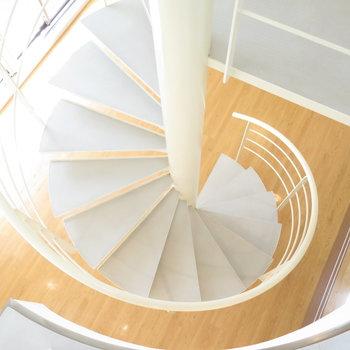 お洒落な螺旋階段を降りましょう。