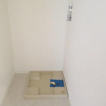 お風呂場の横に洗濯機置場があります。
