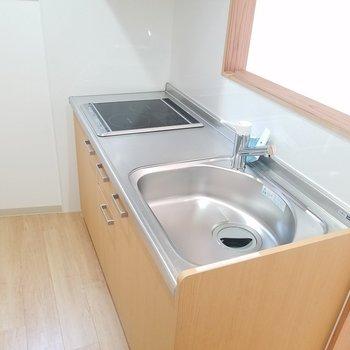 キッチンは使いやすそうなサイズ。※写真は2階の同間取りのものです