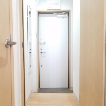 玄関に鏡がありますよ〜◎※写真は2階の同間取りのものです