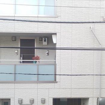 眺望はお隣のマンション。※写真は2階の同間取りのものです
