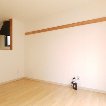 ピクチャーレールではありませんが、何かしら掛けれそうです。※写真は2階の同間取りのものです