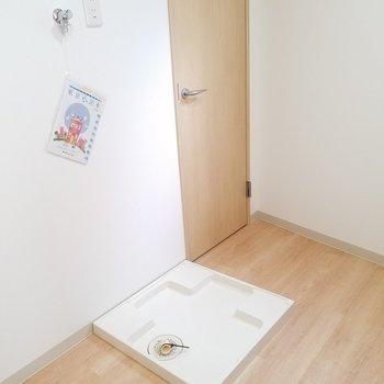 その後ろに冷蔵庫と洗濯機を。横の扉を開けて…※写真は2階の同間取りのものです