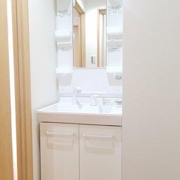脱衣所には洗面台。※写真は2階の同間取りのものです