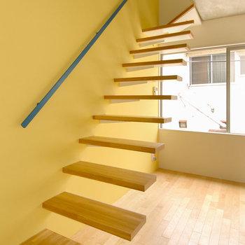 階段は浮いているかのよう。
