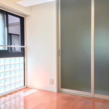 ブロックガラスが美しい〜(9帖洋室)※クリーニング前の写真です