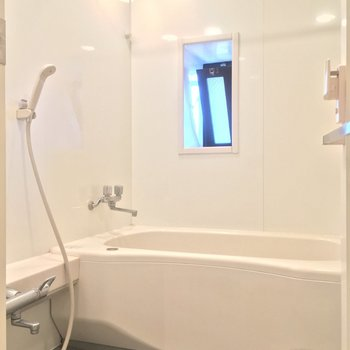 バスルームは小窓付きで爽やかな空間※クリーニング前の写真です