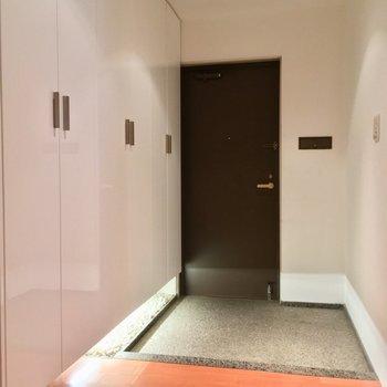 この玄関、かっこよくて思わずため息※クリーニング前の写真です