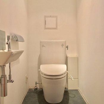 キチンと個室のトイレ!専用の手洗い場も※クリーニング前の写真です