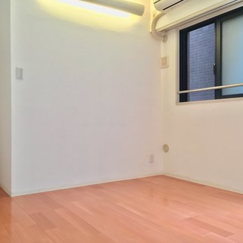 なにやら不思議な形の洋室です(9帖洋室)※クリーニング前の写真です