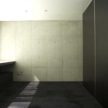 黒の引き戸がスタイリッシュ ※写真は別部屋です