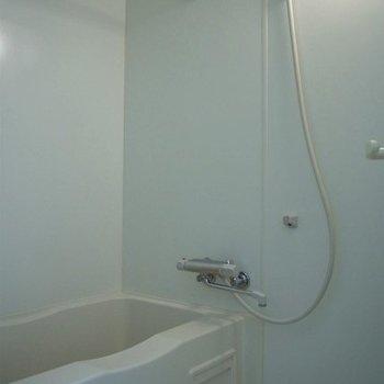 お風呂はちょっと手狭。でも浴室乾燥有り ※写真は別部屋です
