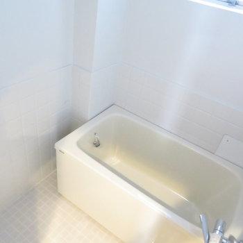 お風呂もきれいでした。※掲載写真は工事中のものとなっております。