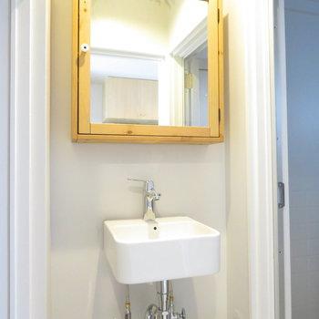 鏡の額縁がお洒落ですよ〜※掲載写真は工事中のものとなっております。