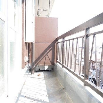 ベランダには日光が。※掲載写真は工事中のものとなっております。