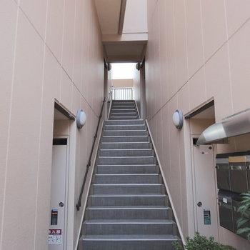共用部】この階段で3階まで。